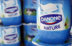 En la imagen, un yogur del grupo francés Danone en una ilustración tomada en Estrasburgo, 15 de abril de 2015. La empresa de alimentos francesa Danone rebajó el lunes sus previsiones de ventas de 2016, atribuyéndolo a duras condiciones de mercado en España y problemas con el relanzamiento de su marca de yogurt Activia. REUTERS/Vincent Kessler/File Photo