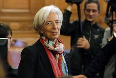 Un tribunal francés declaró el lunes a la jefa del FMI, Christine Lagarde, culpable de negligencia al no haber investigado en 2008 un pago de 400 millones en un arbitraje estatal a un magnate cuando era ministra de Finanzas en Francia. En la imagen, Lagarde antes del inicio del juicio en París, el  12 de diciembre de 2016.   REUTERS/Philippe Wojazer
