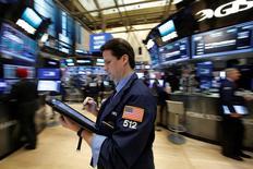 Wall Street a ouvert en faible hausse lundi dans l'attente d'un discours que doit prononcer la présidente de la Réserve fédérale Janet Yellen à 18h30 GMT. L'indice Dow Jones gagne 23,36 points, soit 0,12%, à  19.866,77 dans les premiers échanges. /Photo prise le 8 d'ecembre 2016/REUTERS/Brendan McDermid