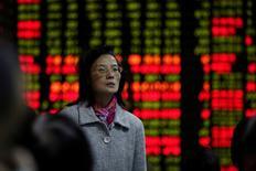 """Женщина в брокерской конторе в Шанхае 9 ноября 2016 года. Китайский фондовый рынок снизился во вторник, поскольку власти ужесточили регулирование для предотвращения финансовых рисков и спекулятивных """"пузырей"""". REUTERS/Aly Song"""