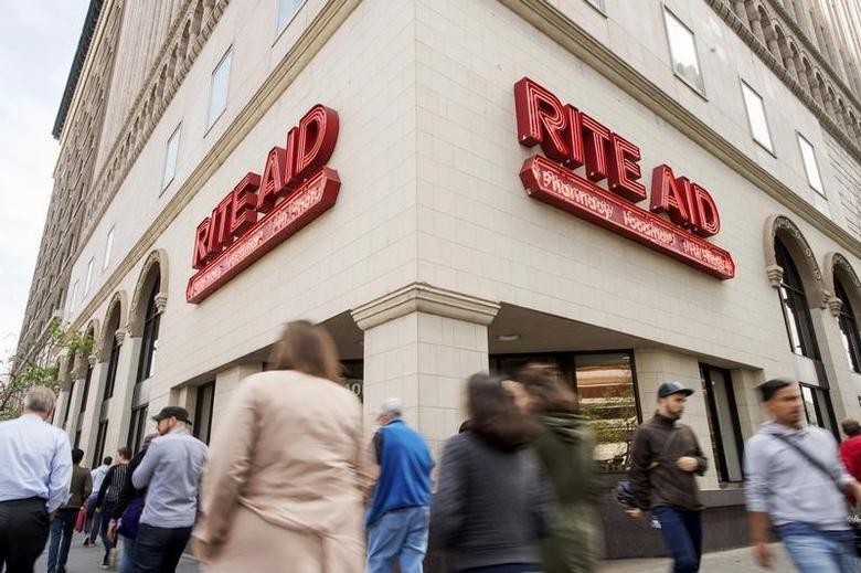 Pedestrians pass a Rite Aid store in Oakland, California April 1, 2015. REUTERS/Noah Berger