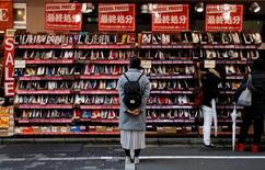 El Gobierno de Japón mejoró su evaluación general de la economía el miércoles, haciéndose eco de una visión más optimista del Banco de Japón, en una señal adicional de estabilización. En la imagen, una mujer mira zapatos rebajados en una tienda de Tokio, el 1 de diciembre de 2016. REUTERS/Toru Hanai
