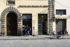 Отделение банка Monte Dei Paschi во Флоренции. Итальянский банк Monte dei Paschi di Siena, который находится на грани краха, использует около 11 миллиардов евро ($11,5 миллиарда) ликвидности быстрее, чем предполагалось, говорится в обновлённом документе на сайте банка. REUTERS/Tony Gentile/File photo