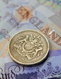 Le gouvernement britannique a emprunté un peu plus que prévu le mois dernier mais reste en course pour atteindre le nouvel objectif de réduction du déficit, moins ambitieux que le précédent, défini par le ministre des Finances Philip Hammond. /Photo d'archives/REUTERS/Toby Melville