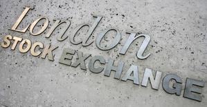Les principales Bourses européennes évoluent mercredi légèrement dans le rouge autour de la mi-séance, ralenties notamment par le secteur bancaire. À Paris, le CAC 40 perd 0,54% à 4.823,94 points vers 11h20 GMT. Le Dax à Francfort recule de 0,1% et le FTSE à Londres de 0,2%. /Photo d'archives/REUTERS/Luke MacGregor