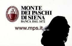 Un aviso publicitario del banco Monte dei Paschi visto en una pantalla del banco en Milán, Italia, 14 de enero 2016. Las dos cámaras del Parlamento italiano aprobaron el miércoles la petición del Gobierno de elevar el endeudamiento hasta en 20.000 millones de euros (20.800 millones de dólares) para apuntalar al frágil sector bancario del país, lastrado por créditos morosos. REUTERS/Stefano Rellandini/File Photo  - RTX2QCGL