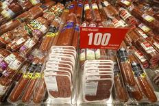 Прилавок с колбасными изделиями в магазине Ашан в Москве. 13 декабря 2016 года. Потребительские цены в России с 13 по 19 декабря 2016 года выросли на 0,1 процента, как и в предыдущие три недели, сообщил Росстат в среду. REUTERS/Maxim Shemetov