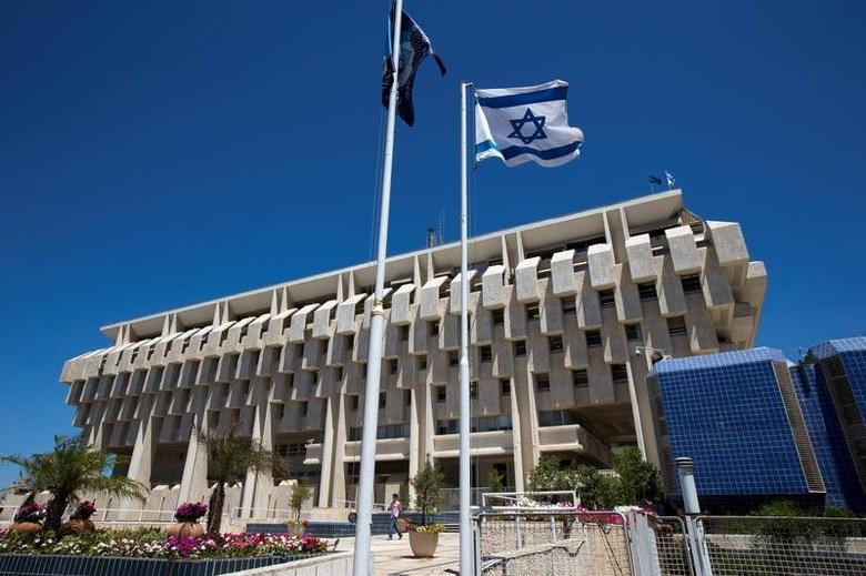 An Israeli flag flutters outside the Bank of Israel building in Jerusalem August 7, 2013.  REUTERS/Ronen Zvulun/File Photo