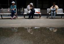 Imagen de archivo de personas que toman un descanso en los asientos del distrito de Sugamo de Tokio, un área popular entre los ancianos japoneses, en Tokio, Japón. 29 de agosto 2014. El gabinete de Japón aprobó el jueves un presupuesto de gasto récord de 830.000 millones de dólares para el año fiscal 2017 que cuenta con unas tasas de interés bajas y un yen más débil para limitar el endeudamiento. REUTERS/Issei Kato/File Photo