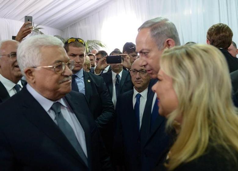 Israeli Prime Minister Benjamin Netanyahu and his wife Sara speak to Palestinian President Mahmoud Abbas (L)   in Jerusalem September 30, 2016.  Amos Ben Gershom/Government Press Office (GPO)/Handout via REUTERS