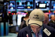 Plombé par ses composantes du secteur de la distribution, l'indice Dow Jones des 30 grandes valeurs a cédé 23,08 points, soit 0,12%, à 19.918,88, s'éloignant de la barre des 20.000 points. /Photo prise le 22 décembre 2016/REUTERS/Andrew Kelly