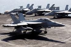 Le président élu américain Donald Trump a annoncé jeudi avoir demandé à Boeing de proposer un prix pour son avion de combat F-18 Super Hornet (photo), laissant entendre qu'il pourrait le choisir au détriment du F-35 de Lockheed Martin dont il juge le coût prohibitif. /Photo d'archives/REUTERS/Hamad I Mohammed