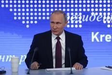 Владимир Путин на ежегодной пресс-конференции в Москве. Консорциум швейцарского трейдера Glencore и суверенного фонда Катара перечислил все деньги за 19,5 процента акций Роснефти, сказал президент Владимир Путин. REUTERS/Sergei Karpukhin