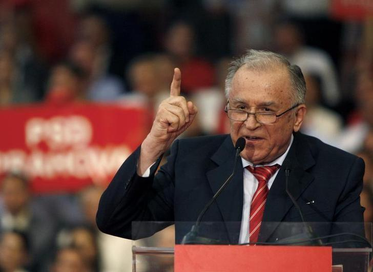Romania's former President Ion Iliescu gestures while announcing his support for the head of Romania's Social Democrat party, Mircea Geoana, for the November 22 presidential elections during an extraordinary congress of his party in Bucharest October 2, 2009.  REUTERS/Bogdan Cristel/Files