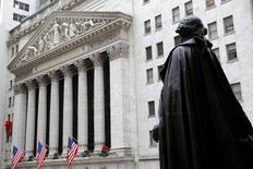 Wall Street a terminé vendredi en toute petite hausse une séance très calme à la veille du week-end de Noël. L'indice Dow Jones a pris 14,93 points, soit 0,07%, à 19.933,81. /Photo prise le 21 décembre 2016/REUTERS/Andrew Kelly