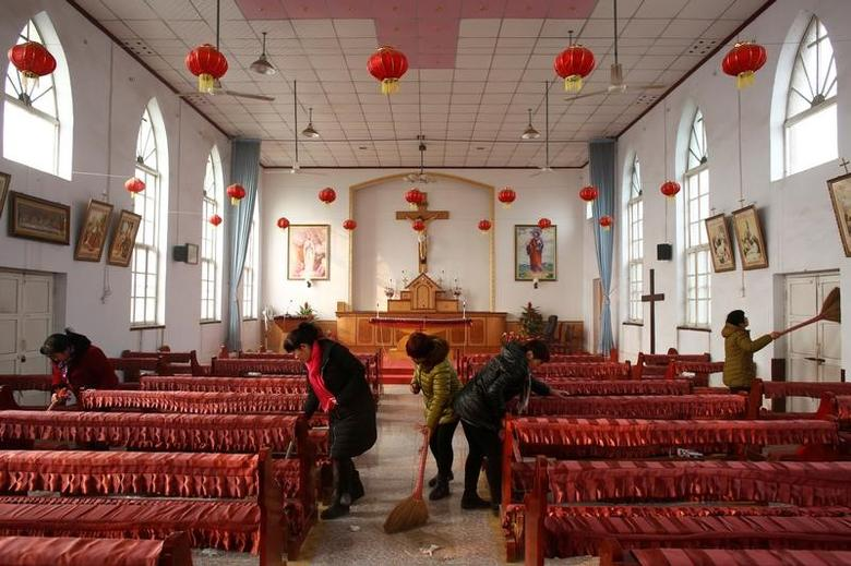 Members of the congregation clean the unofficial catholic church after Sunday service in Majhuang village, Hebei Province, China, December 11, 2016. Picture taken December 11, 2016.    REUTERS/Thomas Peter