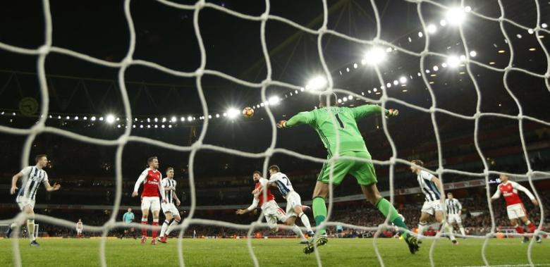 Britain Soccer Football - Arsenal v West Bromwich Albion - Premier League - Emirates Stadium - 26/12/16 Arsenal's Olivier Giroud scores their first goal  Action Images via Reuters / John Sibley Livepic