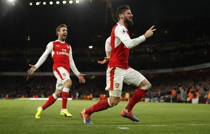 Britain Soccer Football - Arsenal v West Bromwich Albion - Premier League - Emirates Stadium - 26/12/16 Arsenal's Olivier Giroud celebrates scoring their first goal with Nacho Monreal  Action Images via Reuters / John Sibley Livepic