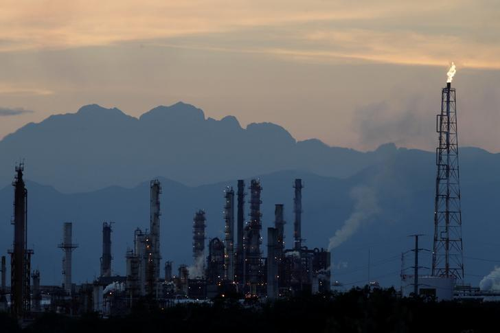 The refinery of Mexico's national oil company Pemex is seen in Cadereyta, Mexico, December 20, 2016. Picture taken December 20, 2016. REUTERS/Daniel Becerril