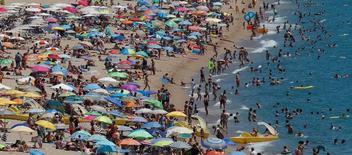 El grupo inmobiliario Merlín admitió el martes que está en conversaciones avanzadas con la francesa Foncière des Murs para vender su cartera hotelera, pero dijo que aún no había un acuerdo definitivo.   Imagen de turistas bañándose en las playas del mar Mediterraneo al norte de Barcelona el 24 de julio de 2016. REUTERS/Albert Gea