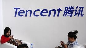 La société chinoise de cartographie NavInfo, le groupe de services internet Tencent et le fonds souverain singapourien GIC ont pris ensemble une participation de 10% dans HERE, le spécialiste de la cartographie numérique contrôlé par les constructeurs automobiles allemands BMW, Daimler et Volkswagen. /Photo d'archives/REUTERS/Kim Kyung-Hoon