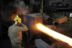 Un trabajador en una siderúrgica en Concepción, Chile, dic 9, 2014. La producción manufacturera en Chile habría caído un 1,9 por ciento interanual en noviembre, una cifra que confirmaría el negativo desempeño del sector este año en línea con un bajo dinamismo de las inversiones y un complejo escenario externo, mostró el martes un sondeo de Reuters.  REUTERS/Jose Luis Saavedra