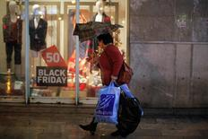 Las ventas minoristas en España sumaron en noviembre una racha alcista de 28 meses, a un ritmo moderado similar al registrado en los últimos meses, según mostraron el miércoles datos del Instituto Nacional de Estadística (INE). En la imagen, una mujer con bolsas de compras durante el día del Black Friday en Málaga, España, el 25 de noviembre de 2016. REUTERS/Jon Nazca