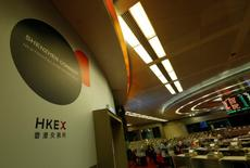 Фондовая биржа Гонконга. Китайские фондовые индексы снизились в ходе неактивных торгов среды - настроения инвесторов омрачили последние меры, которые были приняты регулирующими органами в целях усиления контроля над агрессивным инвестированием со стороны страховых компаний.   REUTERS/Bobby Yip