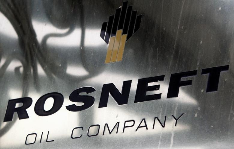 A logo of Russian state oil firm Rosneft is seen at its office in Moscow, October 18, 2012.    REUTERS/Maxim Shemetov/File Photo