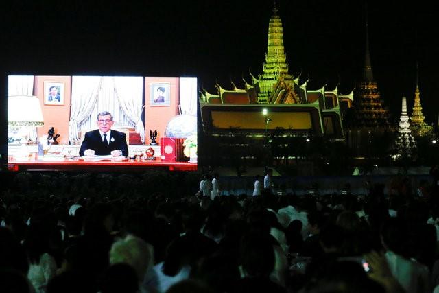 Thailand's new King Maha Vajiralongkorn Bodindradebayavarangkun is seen on a screen as he delivers a speech to Thais to celebrate new year at the Sanam Luang park, Bangkok, Thailand December 31, 2016. REUTERS/Chaiwat Subprasom