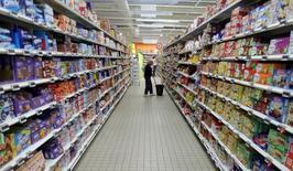 Les prix à la consommation ont augmenté de 0,3% en France en décembre par rapport à novembre du fait de l'énergie et des produits alimentaires. /Photo prise le 27 octobre 2016/REUTERS/Eric Gaillard