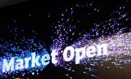 Un affichage signifiant l'ouverture des marchés à la Bourse de Londres. Les principales Bourses européennes ont débuté mardi en hausse une journée marquant la reprise de l'activité normale sur les marchés financiers après les fêtes de fin d'année. Plusieurs places étaient en effet fermées lundi, notamment Londres. Celles qui étaient ouvertes avaient terminé dans le vert, portées par des données attestant de la vitalité de l'activité manufacturière dans la zone euro. À Paris, l'indice CAC 40 prend 0,6% à 4.911,62 points vers 08h15 GMT, à Francfort, le Dax gagne 0,3% et à Londres, le FTSE avance de 0,8%. /Photo prise le 10 novembre 2016/REUTERS/Peter Nicholls