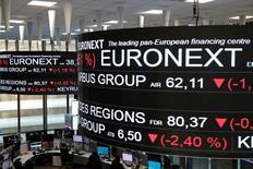 Información bursátil en la Bolsa de París, operada por Euronext NV, dic 14, 2016. Euronext anunció que ha ofrecido 510 millones de euros (533,92 millones de dólares) para comprar el negocio de liquidación francés de la bolsa londinense (LSE), una operación que contribuye a despejar el camino para el plan de fusión del grupo LSE con Deutsche Börse.  REUTERS/Benoit Tessier