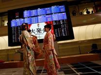 La Bourse de Tokyo a fini en hausse de quelque 2,5% mercredi. L'indice Nikkei a gagné 2,51%, soit 479,79 points, à 19.594,16, soit son plus haut niveau de clôture depuis le début du mois de décembre 2015, et le Topix, plus large, a pris 35,87 points (+2,36%) à 1.554,48. /Photo prise le 4 janvier 2017/REUTERS/Kim Kyung-Hoon