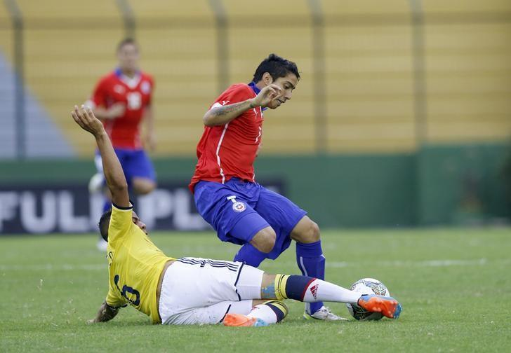 Chile's Luciano Cabral (R) is challenged by Colombia's Andres Felipe Tello during their Group B soccer match for the South American under-20 championship in Maldonado, January 19, 2015. REUTERS/Andres Stapff/File Photo