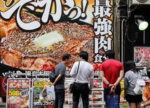 La actividad de servicios se acelera a su mayor ritmo en 11 meses en Japón En la imagen de archivo, varios carteles de restaurantes en Tokio.    REUTERS/Toru Hanai