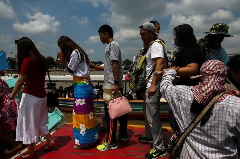 Tourists board a sightseeing boat at a pier at Chao Phraya River in Bangkok, Thailand, October 3, 2016. REUTERS/Athit Perawongmetha/Files