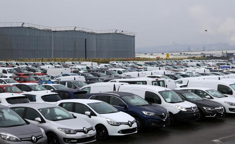 Rows of Renault cars and vans are parked outside their Flins automobile plant in Aubergenville, France, January 17, 2016. REUTERS/Jacky Naegelen