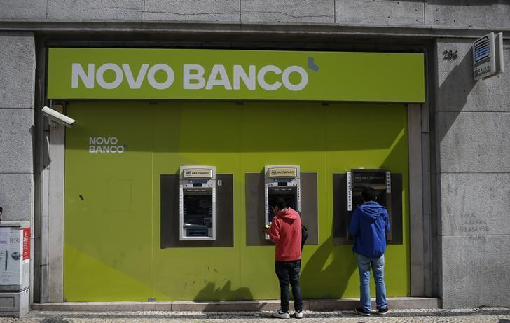 People use ATM machines at a Novo Banco branch in downtown Lisbon, Portugal, March 21, 2016.  REUTERS/Rafael Marchante
