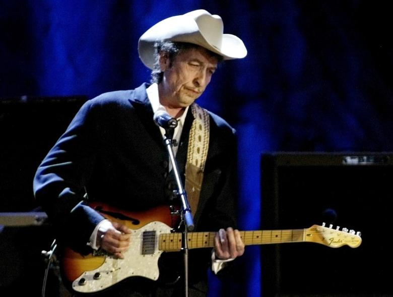 Rock musician Bob Dylan performs at the Wiltern Theatre in Los Angeles, U.S., May 5, 2004. REUTERS/Rob Galbraith/File Photo - RTSS2FE