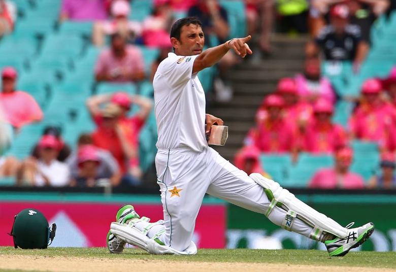 Cricket - Australia v Pakistan - Third Test cricket match - Sydney Cricket Ground, Sydney, Australia - 5/1/17 Pakistan's Younis Khan yells to team mates after damaging his bat.      REUTERS/David Gray