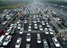 Des voitures près d'un péage, à Nanjing en Chine. Plusieurs grands constructeurs automobiles mondiaux ont fait état vendredi d'une accélération de leurs ventes en Chine en 2016. /Photo prise le 1er octobre 2016/REUTERS