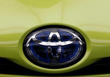 """En la imagen, el logo de Toyota en un coche en Tokio, en Japón, el 8 de noviembre de 2016. El Gobierno japonés defendió el viernes a Toyota Motor Corp como un """"ciudadano corporativo importante"""" de Estados Unidos, luego de que el presidente electo Donald Trump amenazó a la automotriz con un fuerte arancel si fabrica sus modelos Corolla para el mercado estadounidense en una planta en México.REUTERS/Kim Kyung-Hoon"""