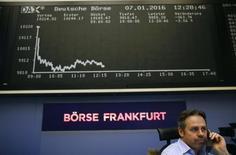 Трейдер на фондовой бирже Франкфурта-на-Майне. Акции Европы снизились в понедельник, хотя рост горнорудного сектора помог британскому индексу FTSE 100 обновить рекордный максимум.  REUTERS/Kai Pfaffenbach