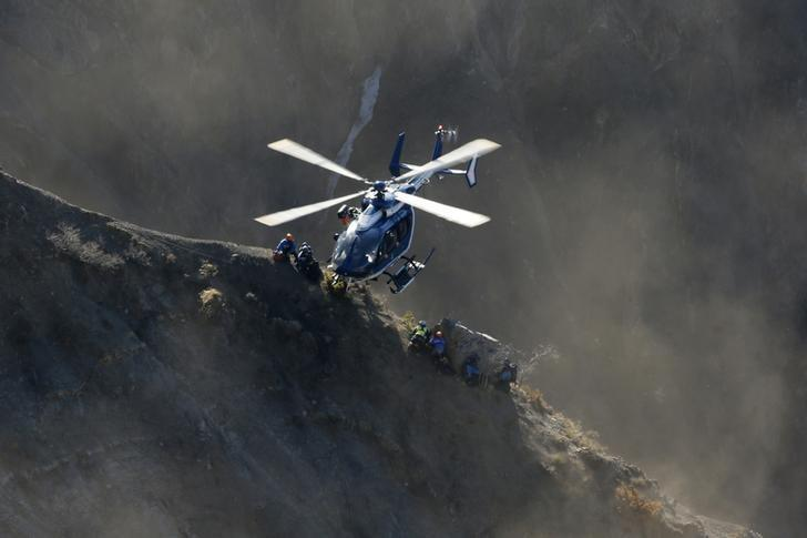 A French Gendarmerie rescue helicopter drops rescue workers next to the debris of the Airbus A320 at the site of the crash, near Seyne-les-Alpes, French Alps March 29, 2015. REUTERS/Gonzalo Fuentes/Files