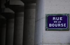 Les Bourses européennes restaient en recul lundi à mi-journée, avec des pertes qui ont même augmenté depuis le début de séance, à l'exception de la place londonienne qui demeure stable après avoir pour la première fois terminé vendredi au-dessus des 7.200 points. À Paris, l'indice CAC 40 perd 0,8% à 4.870,84 points. À Francfort, le Dax laisse 0,62% et à Londres, le FTSE est stable (-0,01%). /Photo d'archives/REUTERS/Christian Hartmann