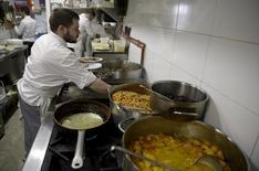 Los convenios laborales registrados en España cerraron el año pasado con una mejora salarial media del 1,06 por ciento, lo que supone su nivel más alto desde 2011, cuando repuntaron un 1,98 por ciento, según datos publicados el lunes por el Ministerio de Empleo. En la imagen, cocineros trabajan en una cocina e un restaurante que pertenece al dueño de la marca JC Rooms brand en Madrid, España, el 15 de diciembre de 2015. REUTERS/Andrea Comas