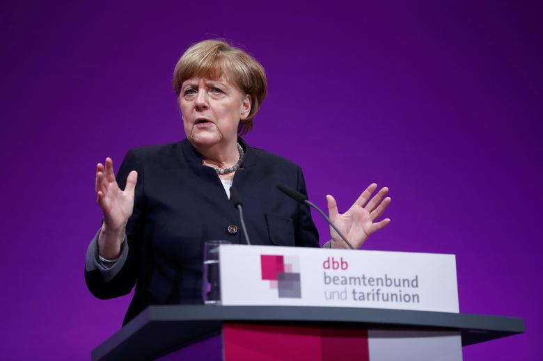 German Chancellor Angela Merkel delivers a speech during the yearly meeting of Germany's government workers union Deutscher Beamtenbund (dbb) in Cologne, Germany January 9,  2017.   REUTERS/Wolfgang Rattay