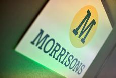 Morrisons, le numéro quatre britannique de la grande distribution, a relevé mardi ses prévisions de bénéfice après avoir enregistré la plus forte croissance de ses ventes depuis sept ans pendant la période de Noël. /Photo d'archives/REUTERS/Toby Melville