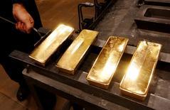 Золотые слитки. Золото подорожало до максимума более чем за месяц во вторник, так как доллар ослаб из-за опасений перед пресс-конференцией избранного президентом США Дональда Трампа в среду и из-за неопределенности о выходе Великобритании из Европейского союза.  REUTERS/Ilya Naymushin